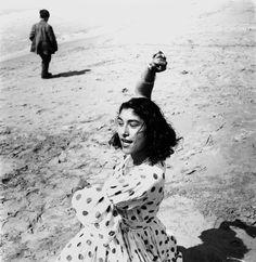 Lucien Clergue – Draga en robe à pois, Les Saintes-Maries-de-la-Mer, 1957
