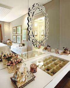Bom dia romântico, com espelho veneziano colado sobre espelho lapidado comum... Ameiiiiii!  Por Vanessa Paiva e Claudia Passarini {❤}