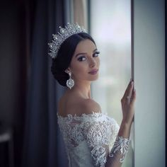 If you want to look flawless on this special day you have dreamed of for years, you should search the bridal hairstyles thoroughly and choose the most suitable bridal head hairstyle for you. Wedding Headband, Bridal Crown, Bridal Tiara, Wedding Looks, Wedding Bride, Latin Wedding, Braut Make-up, Bridal Hair And Makeup, Bride Hairstyles