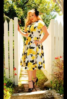 Pinup Girl Clothing: Evelyn Dress in Yellow and Black Vintage Floral Print by Pinup Couture Rockabilly Mode, Rockabilly Fashion, Rockabilly Outfits, Plus Size Vintage, Vintage Mode, Vintage Stores, Party Fashion, Girl Fashion, Plus Sise