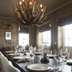 Instagram er en stadig kilde til inspirasjon på interiørfronten. Nå som vinteren er her, titter vi stadig innom ulike hashtags for å få hytteinspirasjon. Her er noen utvalgte som vi liker, men sosiale medier byr som kjent på et hav av ulike stiler. Hyttene du ser her befinner seg blant annet på Hafjell, … Living Room Colors, Living Room Decor, Bedroom Decor, Interior Design Living Room Warm, Cottage Interiors, Sustainable Design, Decoration, Kitchen Decor, Home Decor