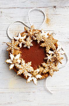 Christmas cookie pie - lovely Christmas food styling Impress your guests with this spectacular chocolate caramel ginger pie, decorated with homemade gingerbread cookies. Xmas Food, Christmas Cooking, Christmas Desserts, Christmas Treats, Holiday Treats, Christmas Foods, Christmas Biscuits, Noel Christmas, All Things Christmas