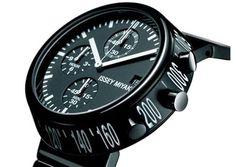 El aclamado diseñador de modas Issey Miyake comenzo a producir relojes desde el 2001, reclutando colegas de diferentes disciplinas dentro del diseño.