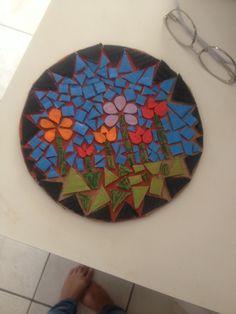 Mosaico feito com papelão e cola branca