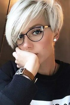 See here and chose best style of blonde pixie haircuts with bangs and fringes so that you may get some kind of modern personality nowadays. Very Short Haircuts, Short Hairstyles For Women, Pixie Haircuts, Short Undercut Hairstyles, Undercut Pixie, Hairstyle Short, Hairstyles 2016, Assymetrical Haircut, Short Hair Glasses