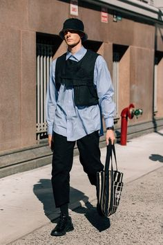 How the sartorially inclined get dressed when the temperatures outside are pushing triple digits at the New York Fashion Week: Men's Spring-Summer 2019 shows. Latest Mens Fashion, New York Fashion, Urban Fashion, Men's Fashion, Fashion Blogs, Cheap Fashion, Fashion Photo, New Yorker Street Style, Moda Streetwear