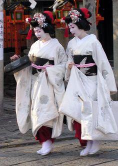 2 maiko. #japan #kyoto #geisha #maiko #kimono