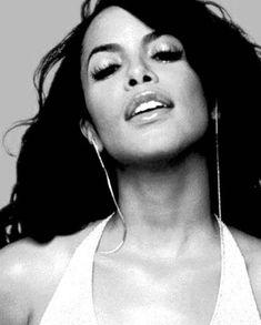 Aaliyah singer actress Africa America RnB Music Timberland One in a Million R. Aaliyah Singer, Rip Aaliyah, Aaliyah Style, Aaliyah Albums, Aaliyah Miss You, Black Is Beautiful, Beautiful People, Beautiful Women, Simply Beautiful
