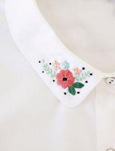 mit Blumen bestickter Kragen;