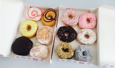 Learn the best way to keep doughnuts fresh overnight and how to revive stale doughnuts. Dunkin Donuts, Doughnuts, Donut Crazy, Krispy Kreme, Scones, My Recipes, Waffles, Breakfast Recipes, Bakery