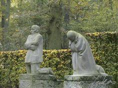 Deze beeldengroep heeft een bijzondere waarde voor het collectieve geheugen. De kunstenaar Käthe Kollwitz ontwierp het werk als graf- en herinneringsmonument voor haar zoon Peter, die aan het begin van de Eerste Wereldoorlog sneuvelde in Diksmuide. We zien een vader en een moeder die treuren om de dood van hun zoon, en bij uitbreiding om alle gesneuvelde soldaten en om een verloren generatie. In de eerste ontwerpen was er nog een beeld van de zoon. Doordat dit niet werd opgenomen, kreeg het…