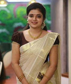 Kerala Saree Blouse Designs, Saree Blouse Neck Designs, Kasavu Saree, Onam Saree, Set Saree, Kerala Bride, Indian Natural Beauty, Engagement Dresses, Stylish Sarees