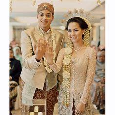 17 Best images about Traditional Wedding Gown from Vera Kebaya, Kebaya Dress, Batik Kebaya, Kebaya Brokat, Kebaya Wedding, Muslimah Wedding Dress, Javanese Wedding, Indonesian Wedding, Wedding Attire