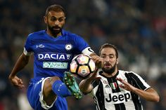 Udinese's defender Danilo Larangeira from Brazil (L) fights for the ball with Juventus' forward Gonzalo Higuain from Argentina during the Italian Serie A football match Juventus vs Udinese on October 15, 2016 at the 'Juventus Stadium' in Turin.   / AFP / MARCO BERTORELLO