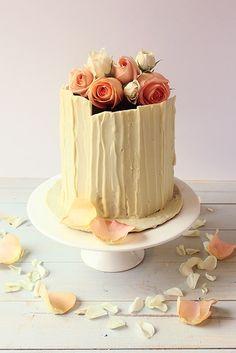 White chocolate cake/ Torta de chocolate blanco Le Cordon Bleu, Foundant, Layer Cakes, Chile, Wedding Cakes, Bakery, Cupcakes, Sweet, Decorating Cakes