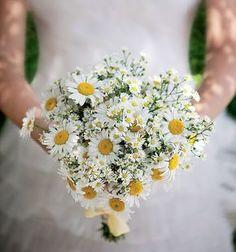 A florista Ana Malta sugere um buquê com margaridas e ásters, com jeitinho de ramalhete apanhado no campo