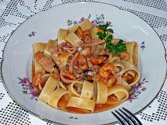 """La """"Calamarata al Profumo di Mare"""" è un prelibato primo piatto a base di pesce. Di origine napoletana, il nome calamarata deriva dal formato di pasta a forma di grandi anelli, simili agli anelli di calamaro, e prevede di essere servita con un sugo di pomodori e calamari. Spesso al sugo si aggiungono anche i frutti di mare, come nel mio caso, che donano al piatto quel quid in più!"""