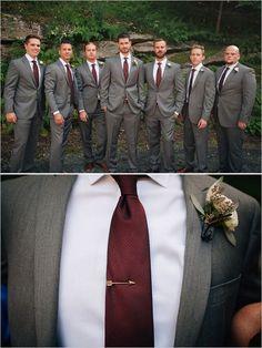 El padrino y más. Insista que el padrino se ponga corbata roja y esmoquin gris.