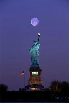 Estatua de la libertad y la luna.  En Nueva York, Estados Unidos