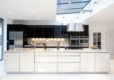 This ultra stylish and chic, this ALNOART PRO glass kitchen by @limeshowrooms  is all about clean lines and elegance.