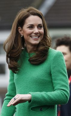 """""""Kate Middleton was looking ravishing in Eponine dress, LK Bennet boots, Mulberry clutch and Kiki McDonough earrings while visiting two primary schools in London to mark Children's Mental Health Week 💚 Children's Mental Health Week, Mental Health Charities, Duchess Kate, Duke And Duchess, Duchess Of Cambridge, British Monarchy History, Schools In London, William Kate, Prince William"""