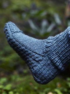 Flätmönstrade sockor i Novita Jussi Crochet Socks, Knitted Slippers, Wool Socks, Diy Crochet, My Socks, Loom Knitting, Knitting Socks, Knitting Patterns Free, Hand Knitting