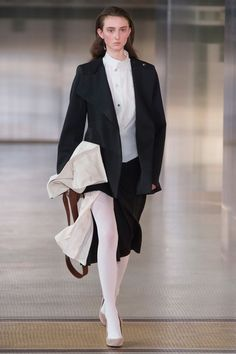 Lemaire Fall 2017 Ready-to-Wear Fashion Show Collection: See the complete Lemaire Fall 2017 Ready-to-Wear collection. Look 33 Fashion Week, Fashion 2017, Couture Fashion, Paris Fashion, Fashion Brands, Christophe Lemaire, Fashion Show Collection, Vogue Paris, Autumn Winter Fashion