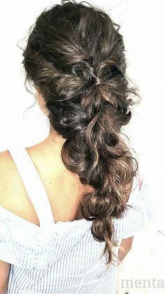 En MENTA somos de la opinion de que las trenzas derechas son muy femeninas y muy sexies #beyondtheponytail #hairinspo  #hairstyle  #hair  #modernsalon  #behinthechair @menta_zaragoza #thewedding #wedding #bridal