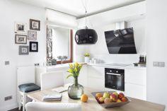 Projekty kuchni w bieli są modne. Oto kuchnia 9 m2, która zachwyca konsekwencją aranżacji i stylowym doborem wyposażenia. Projekt kuchni wykonała właścicielka, od początku wiedziała, jaki ma być efekt końcowy. Białe meble kuchenne w połysku tworzą nowoczesny wystrój.