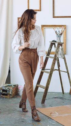 Beautiful white cotton blouse paired with a waisted brown pants , White Blouse Is Everything You Need This Spring Summer , Street Style Source by emkafile White Cotton Blouse, Cotton Blouses, White Blouses, Moda Boho, Bohemian Mode, Summer Work Outfits, New York Spring Outfits, Boho Spring Outfits, Professional Summer Outfits