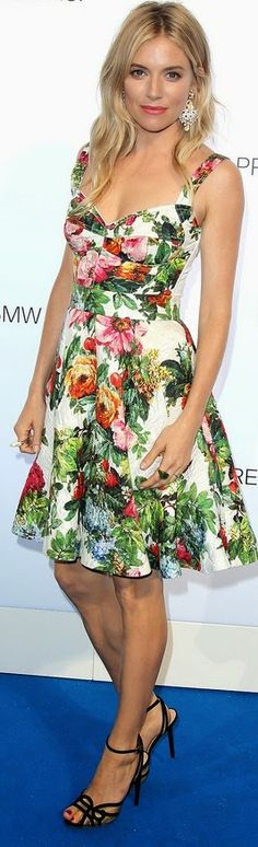 Sienna Miller in D & G love this print! Fabulous Dresses, Pretty Dresses, Glamour Fashion, Moda Floral, Best Fashion Designers, Special Dresses, Floral Fashion, Dressed To Kill, Red Carpet Fashion