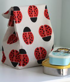 Simple lunch bag sewing tutorial. Stamped fabric collection from Kokka.