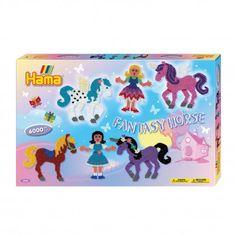 Complete Hama strijkkralenset in fantasy thema. Inhoud: 6000 strijkkralen, 1 strijkkralenbordje prinses, 1 strijkkralenbordje eenhoorn, strijkpapier, instructies en verschillende voorbeelden.  Afmeting verpakking 43 x 28 x 4 cm Geschikt voor kinderen vanaf 5 jaar.