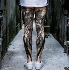 Beine voll tätowiert verschiedene Motive