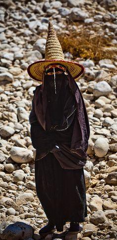 Yemen | Woman in Wadi Doan,  Hadramawt region | ©Anthony Pappone