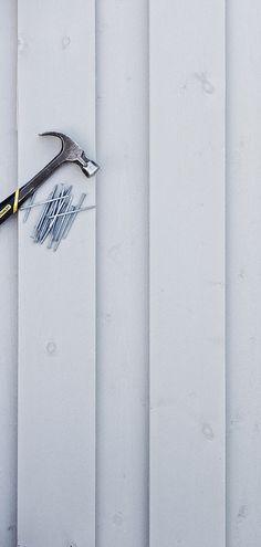 Både ved nybygg og restaurering er arbeidsoppgavene mange og krevende, og kledning grunnet og malt fra fabrikk frigjør verdifull tid og ressurser.  – Med fabrikkmalt kledning gir du huset ditt den aller beste beskyttelsen helt fra byggestart, og kan vente fra to til fem år før du tar neste malingsstrøk, sier Pål Angell-Hansen, produktansvarlig i Jotun. Malta, Door Handles, Accessories, Home Decor, Malt Beer, Interior Design, Door Knobs, Home Interiors, Decoration Home