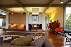 中心に暖炉を挟んだリビングとダイニングキッチン | 住宅デザイン