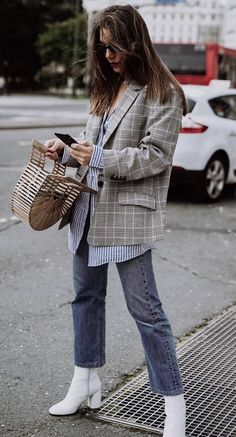 Shoe-wear for Spring: White Boots - Crystal Sundays - Street Style Outfits Look Fashion, Autumn Fashion, Womens Fashion, Jeans Fashion, Fashion Shoes, Fashion 2018, Ladies Fashion, Fashion Trends, Fashion Online