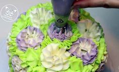 Discover the 5 types of icing to choose from when making a cake and when to use them. Russian Cake Decorating Tips, Cake Decorating Frosting, Decorating Cakes, Cake Decorating Techniques, Cake Decorating Tutorials, Cookie Decorating, Frosting Techniques, Frosting Tips, Frosting Recipes