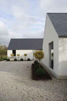New build house in Co. Carlow, completed The H plan form, making two open courtyards, maximises light and views while placing the double height hallway at the heart of the house. The form of buildings echoes low eaved and grounded. Cozy Backyard, Backyard Seating, Backyard Ideas, Exterior Tradicional, House Designs Ireland, Modern Barn House, Rural House, Modern Farmhouse Exterior, Modern Bungalow Exterior