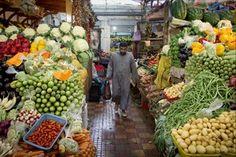 """Fazer compras no comércio do seu bairro tem um peso muito importante na economia local. Esse é o conceito do """"Movimento Compre do Pequeno Negócio"""", lançado na quarta-feira 5 pelo Sebrae (Serviço Brasileiro de Apoio às Micro e Pequenas Empresas). Mais de 17 milhões de brasileiros vivem com carteira assinada por uma pequena empresa. """"[O mercado] é perto da sua casa, o dinheiro fica no seu bairro e gera empregos"""", explica Luiz Barretto, presidente da entidade."""