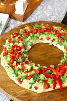 Christmas Appetizer – Christmas Wreath Veggie Pizza – Clean and Scentsible Christmas wreath vegetable pizza Christmas appetizer. Quick, easy, and oh so festive! It will definitely be the hit of the party! Christmas Party Food, Christmas Brunch, Xmas Food, Christmas Cooking, Christmas Desserts, Christmas Pizza, Elegant Christmas, Christmas Christmas, Christmas Foods