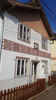 Te încarci de frumos în Ciocănești, satul bucovinean unde casele sunt încondeiate | Adela Pârvu - Interior design blogger Garage Doors, Stairs, Country, Interior, Outdoor Decor, Decor Ideas, Design, Home Decor, House