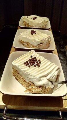 Κάνουμε μια κρέμα: Βάζουμε στην κατσαρόλα 1 λίτρο γάλα να ζεσταθεί,στην συνέχεια ρίχνουμε διαλυμένο σε λίγο γάλα 100 γραμμάρια κορν φλα... Greek Sweets, Greek Desserts, Ice Cream Desserts, Party Desserts, Summer Desserts, Cake Cookies, Cupcake Cakes, Cookie Recipes, Dessert Recipes