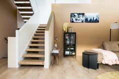 Door een open trap dubbelzijdig te beklden wordt zowel de bovenkant als de onderkant van de trede gerenoveerd. Hierdoor ziet de trap er ook van de onderkant mooi uit! Zeker als de trap in je woonkamer staat een absolute 'must'!