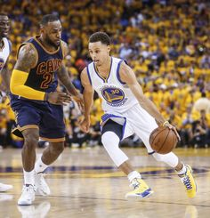 Golden State Warriors' Stephen Curry tries to get by Cleveland Cavaliers' LeBron James in the second period during Game 1 of The NBA Finals on Thursday, June 2015 in Oakland, Calif. Photo: Scott Strazzante, The Chronicle Curry Warriors, Warriors Stephen Curry, Warriors Game, Female Warriors, Air Max 2009, Air Max Thea, Stefan Curry, Kevin Durant Shoes, Nike Spandex