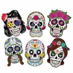 Preciosas máscaras de cartón, con goma para sujetar, con la forma de las famosas CALAVERAS MEXICANAS. El paquete incluye 6 máscaras.