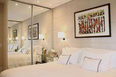 A luminária de parede clareia o ambiente e ainda poupa espaço em cima dos móveis.