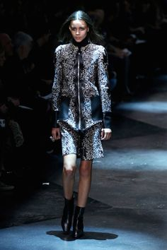 Milano Moda Donna AI 2015/2016: la sfilata di Roberto Cavalli | Minidress a fantasia con inserti in pelle | Foto