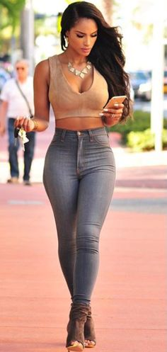 Before I die, I want to look this hot. Just for one day. High waisted tight jeans and crop top. Love it!